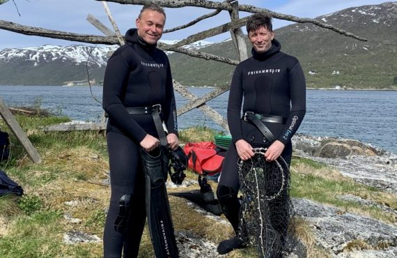 Odd Emil Ingebrigtsen (Minister of Fisheries and Coastal Affairs) and Philip James (Scientist, Nofima) with sea urchins in the AquaVitae project.